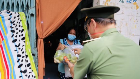 Công an TPHCM trao quà cho người khó khăn do dịch Covid-19 ở khu Mả Lạng ảnh 4
