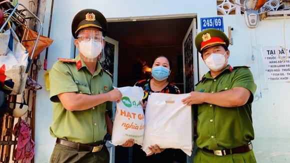 Công an TPHCM trao quà cho người khó khăn do dịch Covid-19 ở khu Mả Lạng ảnh 6