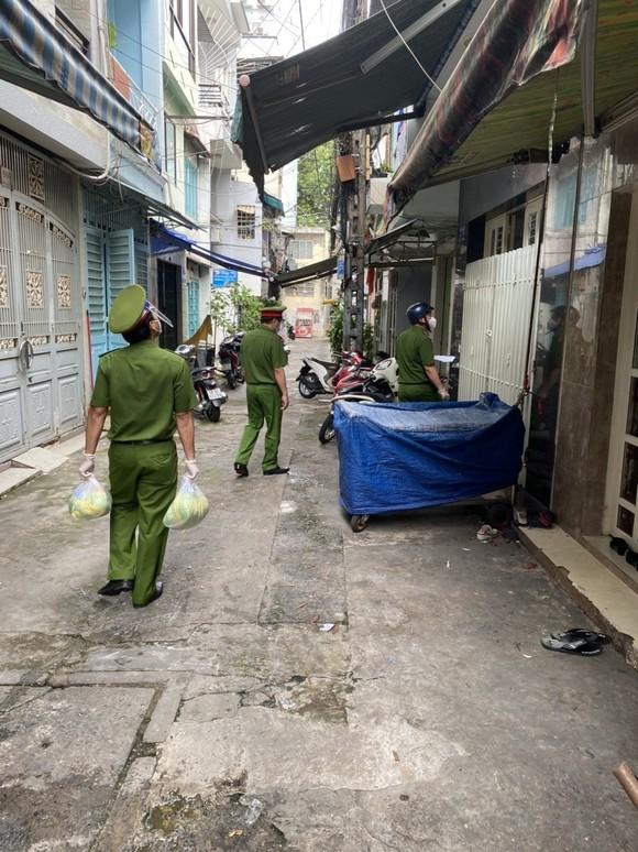 Cảnh sát PCCC trao quà cho người dân, trẻ em có hoàn cảnh khó khăn do dịch Covid-19 ảnh 1