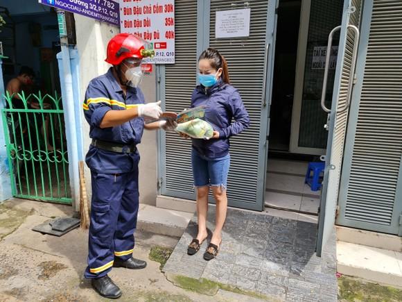 Cảnh sát PCCC trao quà cho người dân, trẻ em có hoàn cảnh khó khăn do dịch Covid-19 ảnh 4