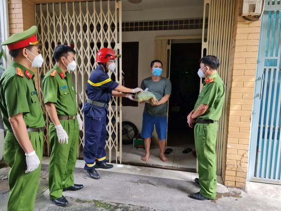 Cảnh sát PCCC trao quà cho người dân, trẻ em có hoàn cảnh khó khăn