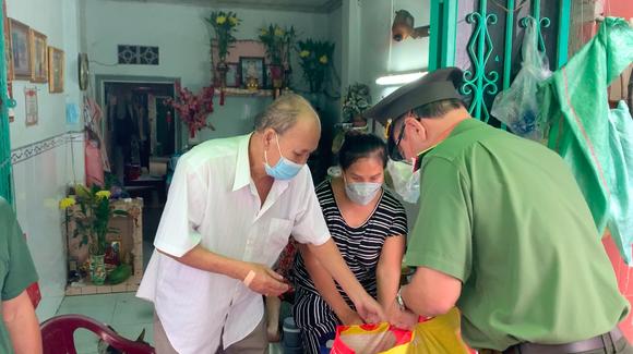 Công an TPHCM trao nhu yếu phẩm tận tay người dân khó khăn do dịch Covid-19 ở quận 4 ảnh 6