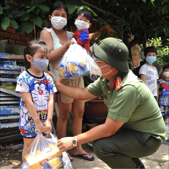 Công an TPHCM trao nhu yếu phẩm tận tay người dân khó khăn do dịch Covid-19 ở quận 4 ảnh 9