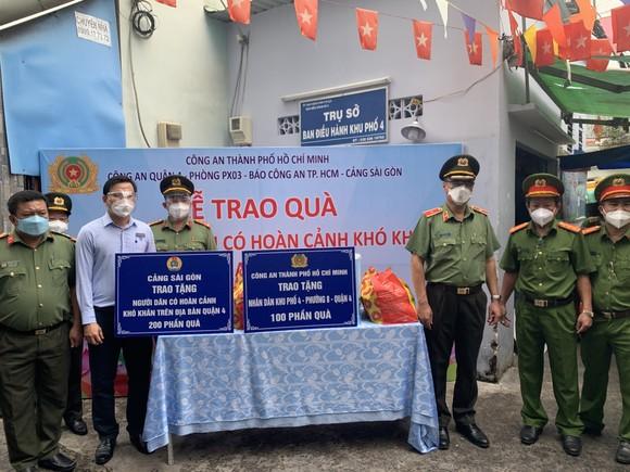 Công an TPHCM trao nhu yếu phẩm tận tay người dân khó khăn do dịch Covid-19 ở quận 4 ảnh 1