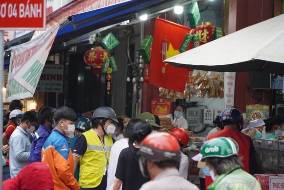 Người dân tập trung đông chờ mua bánh Trung thu ở cửa hàng tại quận 1 ảnh 7
