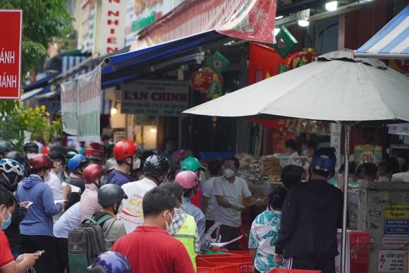 Người dân tập trung đông chờ mua bánh Trung thu ở cửa hàng tại quận 1 ảnh 5