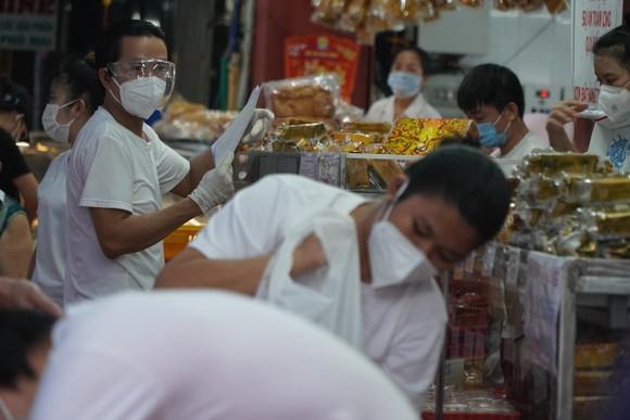 Người dân tập trung đông chờ mua bánh Trung thu ở cửa hàng tại quận 1 ảnh 8