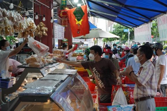 Người dân tập trung đông chờ mua bánh Trung thu ở cửa hàng tại quận 1 ảnh 9