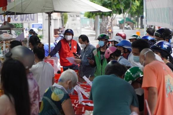 Người dân tập trung đông chờ mua bánh Trung thu ở cửa hàng tại quận 1 ảnh 10