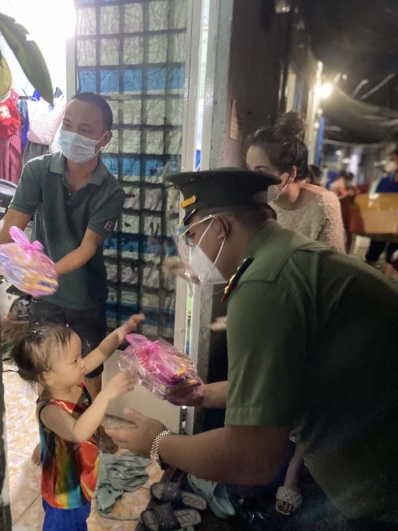 CSGT TPHCM trao 2.500 phần quà Trung thu tới các cháu thiếu nhi ở TP Thủ Đức ảnh 14