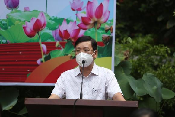Công an TPHCM trao quà cho người dân ở khu phong tỏa quận Bình Thạnh ảnh 2