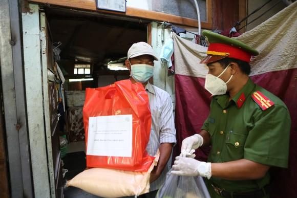 Công an TPHCM trao quà cho người dân ở khu phong tỏa quận Bình Thạnh ảnh 5