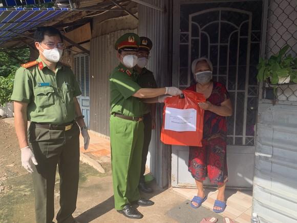 Công an TPHCM trao quà cho người dân ở khu phong tỏa quận Bình Thạnh ảnh 7