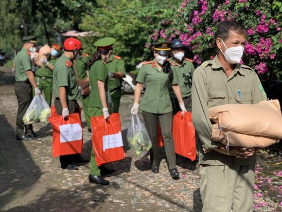 Công an TPHCM trao quà cho người dân ở khu phong tỏa quận Bình Thạnh ảnh 3