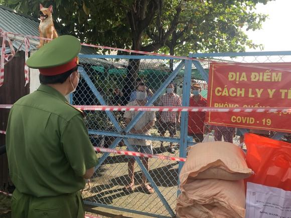 Công an TPHCM trao quà cho người dân ở khu phong tỏa quận Bình Thạnh ảnh 4