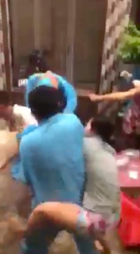 TPHCM: Làm rõ clip nhóm người dân và người mặc áo bảo hộ y tế xô xát ở quận 8 ảnh 1