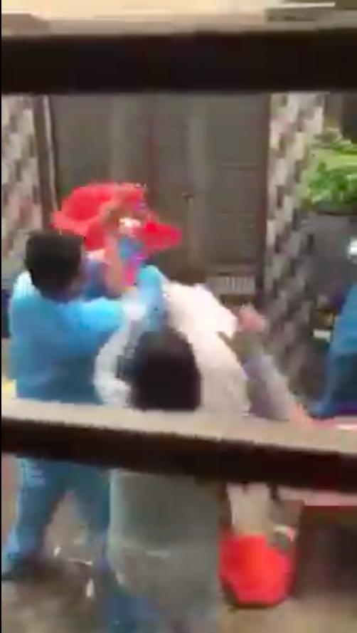 TPHCM: Làm rõ clip nhóm người dân và người mặc áo bảo hộ y tế xô xát ở quận 8 ảnh 2