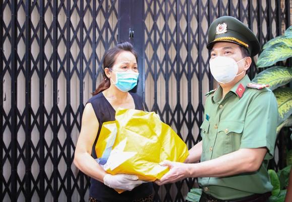 Lãnh đạo Công an TPHCM tới tận nhà trao gạo, nhu yếu phẩm...cho bà con khó khăn ở quận 3 ảnh 8
