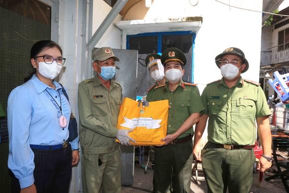 Lãnh đạo Công an TPHCM tới tận nhà trao gạo, nhu yếu phẩm...cho bà con khó khăn ở quận 3 ảnh 7