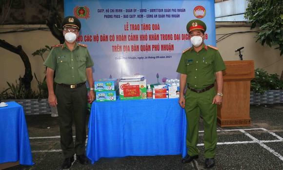 Công an TPHCM tặng gạo, nhu yếu phẩm cùng tủ thuốc 0 đồng cho người dân quận Phú Nhuận ảnh 1