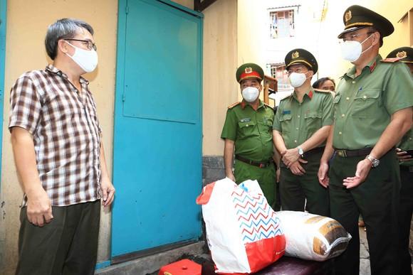 Công an TPHCM tặng gạo, nhu yếu phẩm cùng tủ thuốc 0 đồng cho người dân quận Phú Nhuận ảnh 2