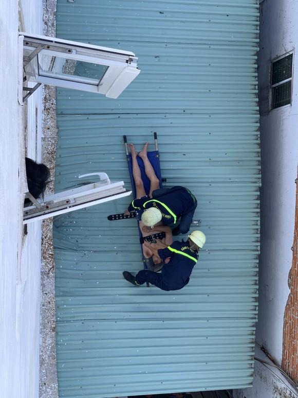 Thanh niên dương tính ma tuý nhảy từ tầng 4 mắc kẹt trên mái tôn  ảnh 1