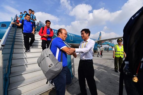 Đông đảo người hâm mộ chào đón đội tuyển bóng đá nam về nước ảnh 1
