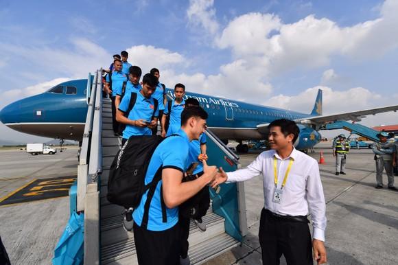 Đông đảo người hâm mộ chào đón đội tuyển bóng đá nam về nước ảnh 2