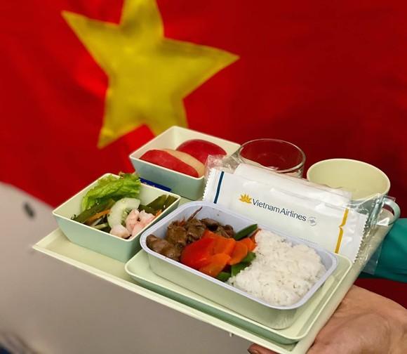 Các cầu thủ U22 và đội tuyển nữ Việt Nam rời sân bay Nội Bài đến diện kiến Thủ tướng ảnh 18
