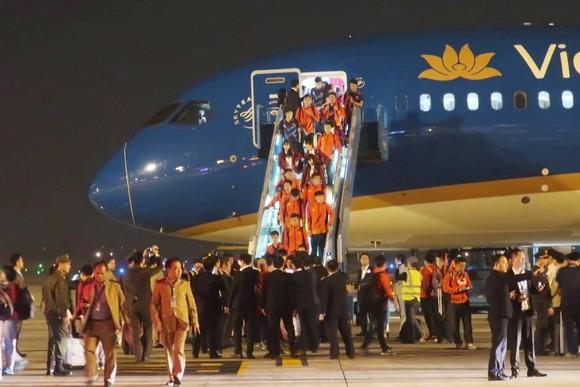 Các cầu thủ U22 và đội tuyển nữ Việt Nam rời sân bay Nội Bài đến diện kiến Thủ tướng ảnh 6