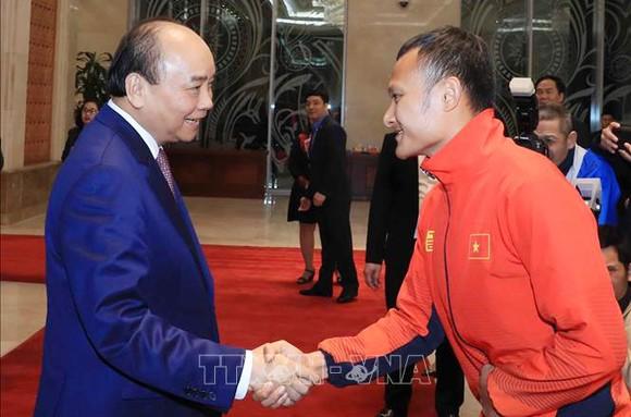 Các cầu thủ U22 và đội tuyển nữ Việt Nam rời sân bay Nội Bài đến diện kiến Thủ tướng ảnh 2