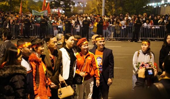 Các cầu thủ U22 và đội tuyển nữ Việt Nam rời sân bay Nội Bài đến diện kiến Thủ tướng ảnh 12