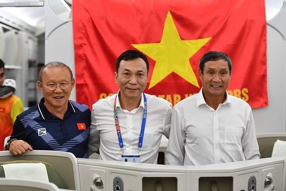 Các cầu thủ U22 và đội tuyển nữ Việt Nam rời sân bay Nội Bài đến diện kiến Thủ tướng ảnh 17