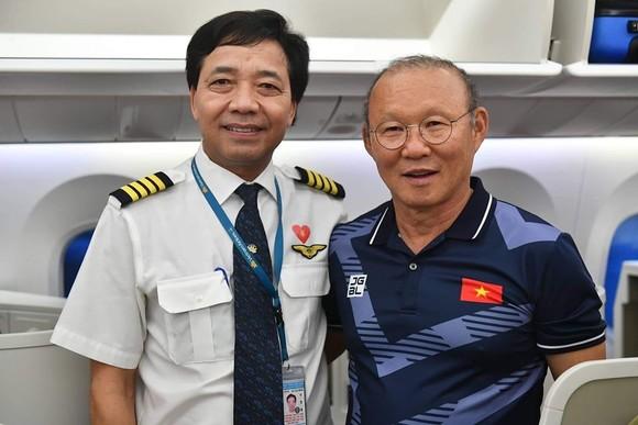 Các cầu thủ U22 và đội tuyển nữ Việt Nam rời sân bay Nội Bài đến diện kiến Thủ tướng ảnh 16