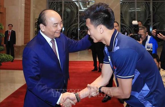 Các cầu thủ U22 và đội tuyển nữ Việt Nam rời sân bay Nội Bài đến diện kiến Thủ tướng ảnh 3