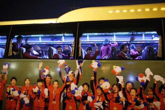 Các cầu thủ U22 và đội tuyển nữ Việt Nam rời sân bay Nội Bài đến diện kiến Thủ tướng ảnh 7