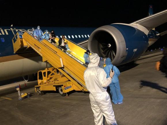 Chuyến bay chở công dân Việt Nam từ Mỹ về nước đã hạ cánh an toàn ảnh 2