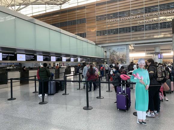 Chuyến bay chở công dân Việt Nam từ Mỹ về nước đã hạ cánh an toàn ảnh 1