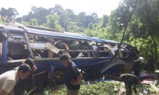 Hiện trường vụ xe khách lao xuống vực ở xã Rờ Koi, huyện Sa Thầy, Kon Tum sáng sớm nay 11-7-2020