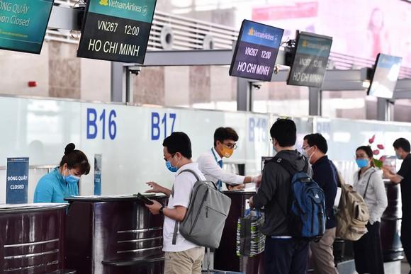Làm thủ tục tại sân bay Nội Bài