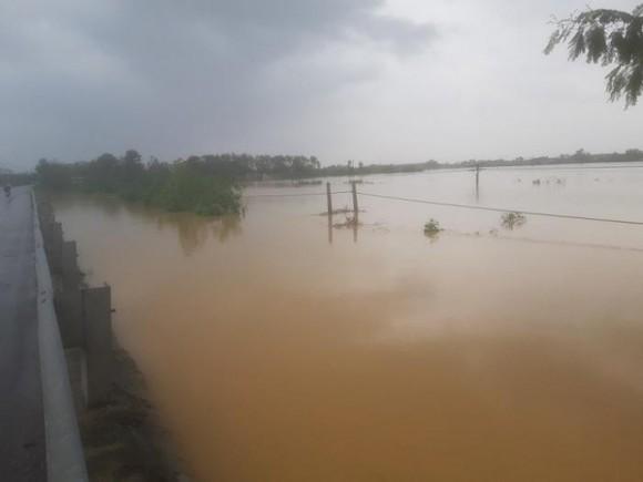 Đường sắt qua Quảng Bình bị ngập sâu trong nước