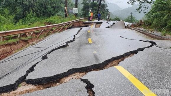 QL12A gãy vỡ do ảnh hưởng mưa bão miền Trung