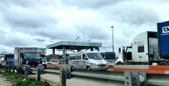 Hàng trăm xe tải, xe container từ TPHCM về miền Tây phải dừng lại trước trạm kiểm dịch Covid-19 (Trạm thu phí Thân Cửu Nghĩa, tỉnh Tiền Giang) gây ùn ứ giao thông, ngày 8-7-2021. Ảnh: NGỌC PHÚC