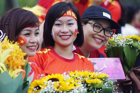 Hàng ngàn người hâm mộ đổ ra đường đón Đoàn thể thao Việt Nam ảnh 30