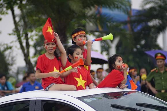 Hàng ngàn người hâm mộ đổ ra đường đón Đoàn thể thao Việt Nam ảnh 34