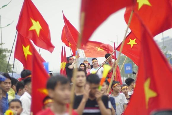 Hàng ngàn người hâm mộ đổ ra đường đón Đoàn thể thao Việt Nam ảnh 39