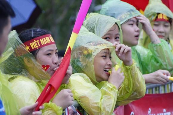 Hàng ngàn người hâm mộ đổ ra đường đón Đoàn thể thao Việt Nam ảnh 36