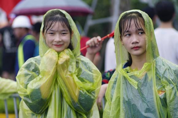 Hàng ngàn người hâm mộ đổ ra đường đón Đoàn thể thao Việt Nam ảnh 37