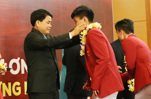 Hàng ngàn người hâm mộ đổ ra đường đón Đoàn thể thao Việt Nam ảnh 11
