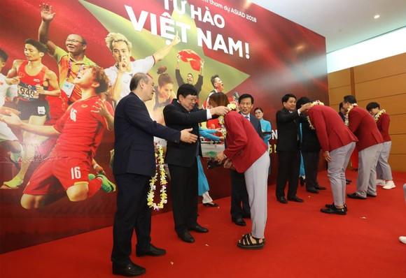 Hàng ngàn người hâm mộ đổ ra đường đón Đoàn thể thao Việt Nam ảnh 9